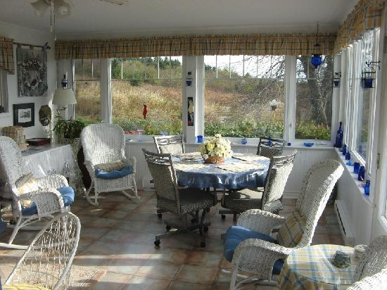 Magnetic Hill Bed and Breakfast: Breakfast area