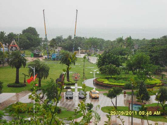 Linda Seaview Hotel: Вид с терассы на парк и море