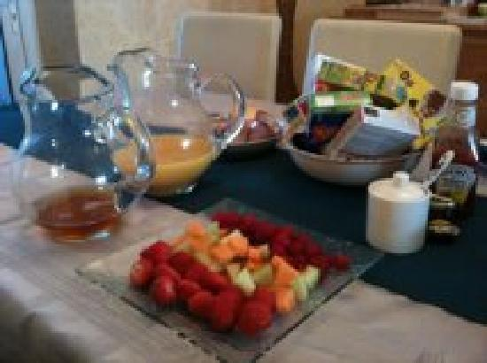 Blue Sky Bed and Breakfast: Fresh fruit, juice