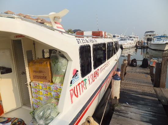 Putri Island Resort Hotel: こんな船で行きます