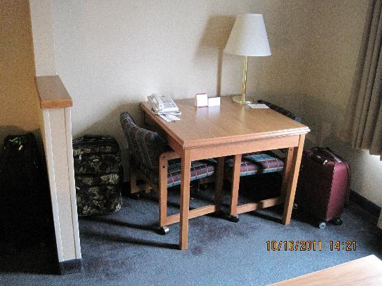 Comfort Suites Airport : Work Table