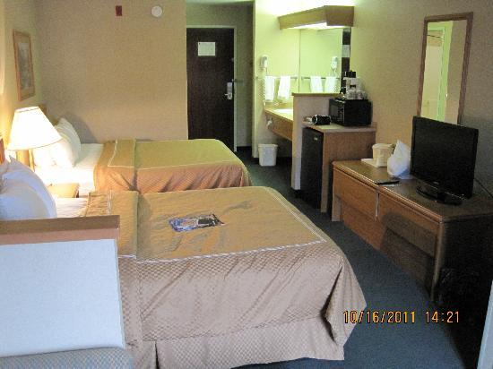 Comfort Suites Airport : Another view of room.