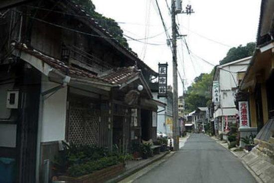 Yunotsu Onsen: 陣屋跡や昔のくすり屋さん。素敵な街並みです。