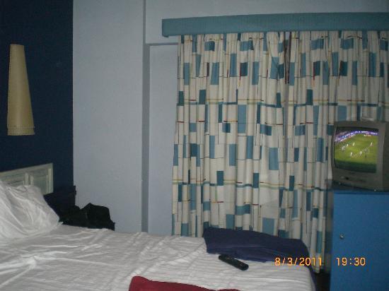 Hotel Lisboa Tejo: camera con porta del balcone