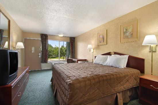 Days Inn Roanoke Civic Center: king bed room