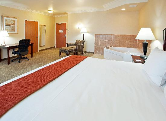 Holiday Inn Express Hotel & Suites Oroville Southwest: King Jacuzzi Suite