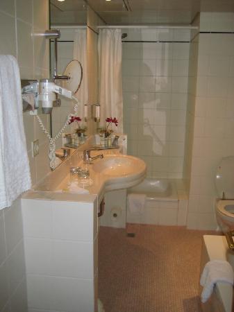 Radisson Blu Hotel, Cottbus: Bad mit Wanne und seperater Dusche