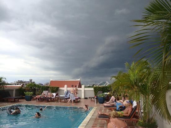 โรงแรมรามบุตรี วิลเลจ: The storm is coming
