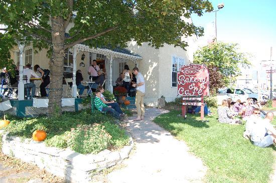 The Pie Plate: Pic-nic on the lawn and taking over the terrace too!