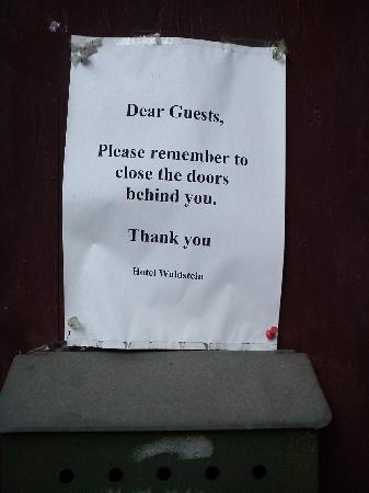 Hotel Waldstein: cartel para que no te olvides de cerrar la cochambrosa puerta