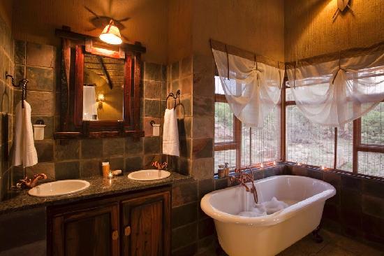 Jamila Game Lodge cc: Jamila Game Lodge Luxury Bungalow Bathroom