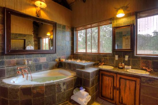 Jamila Game Lodge cc: Jamila Game Lodge Family Bungalow bathroom