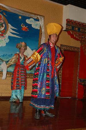 KuangNiu Restaurant: Native Tibetan Costume and Dance