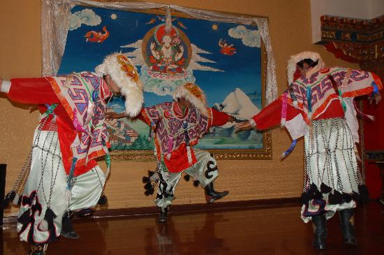 KuangNiu Restaurant: More costume and dance