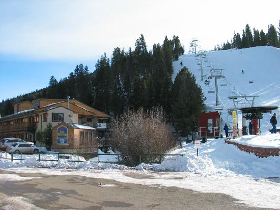 BEST WESTERN Rivers Edge: Proximity to main chair lift - winter