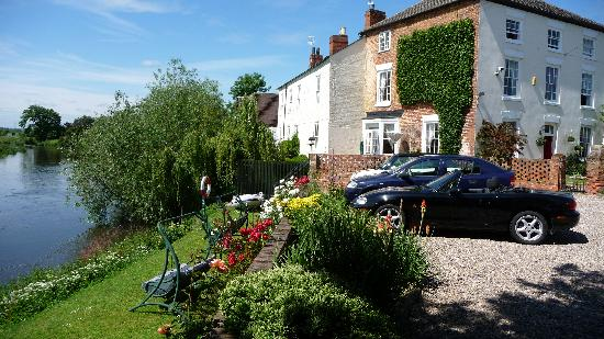 Holden House B & B: Lovely views over the River Trent with a good size Car Park