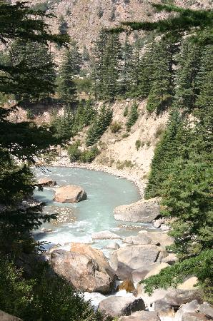 Banjara Camp &  Retreat - Sangla Valley Camp : trekking along the river