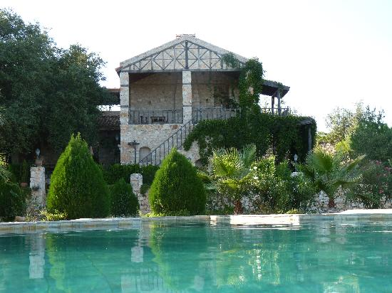 ‪هويران ويدري كانتري هاوسيز: Main building and pool‬