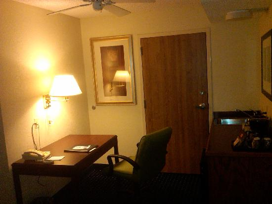 SpringHill Suites Bentonville: Kitchenette & Desk