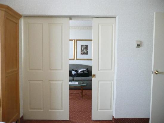Biltmore Hotel & Suites: sliding doors