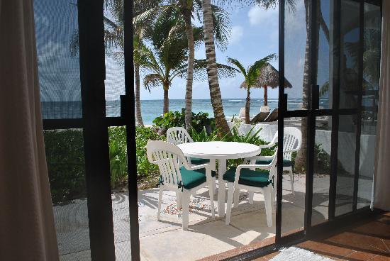 The Reef Condominiums : Front patio
