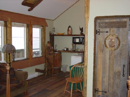 SeaWatch Bed & Breakfast : The Ships Wheel Kitchenette