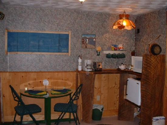 SeaWatch Bed & Breakfast: The Captains Quarters Kitchenette