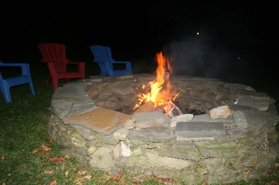 WhistleWood Farm Bed and Breakfast: Fire pit