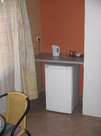 Sachsenheim Guest Farm: Our bar fridge in the room