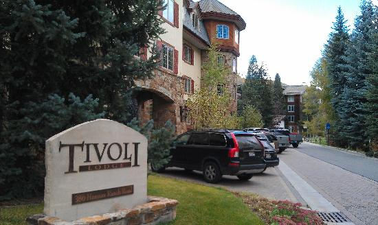 Tivoli Lodge: Sign & hotel