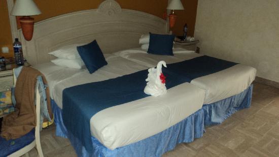 Grand Bahia Principe Tulum: lovely room and towel art