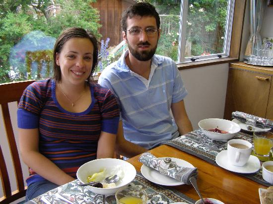 Harpers Bed and Breakfast: Relaxing at breakfast