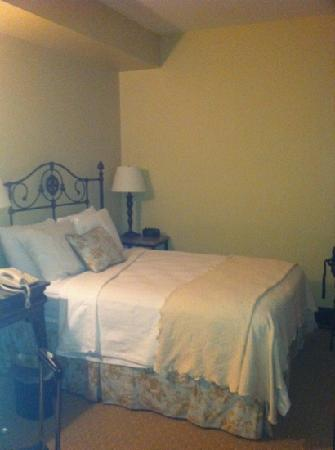 General Francis Marion Hotel: bedroom with full size bed