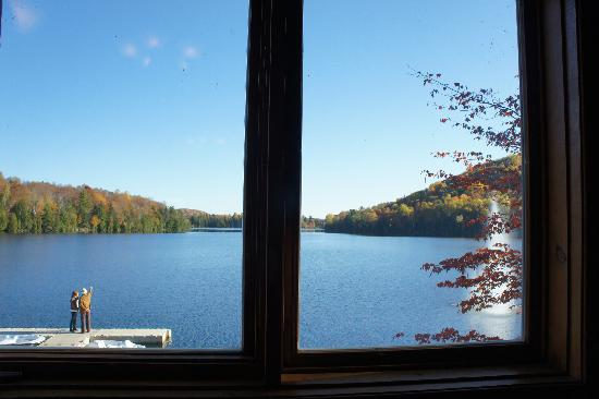 Auberge du Lac Morency: View of the lake at breakfast time