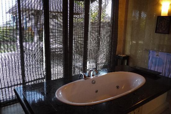 Ocean Blue Bali: villa內的按摩浴缸