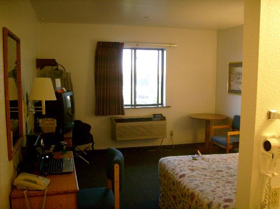 Super 8 Helena: Tiny single Queen Bedded Room