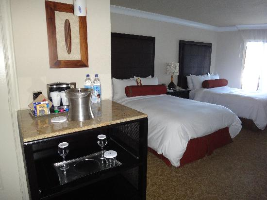 The Waterfront Beach Resort, A Hilton Hotel : 3rd Floor Gardenview Room (coffee & water station)