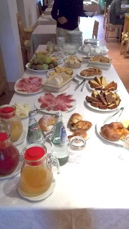 Relais Villa Grazianella - Fattoria del Cerro: Breakfast table