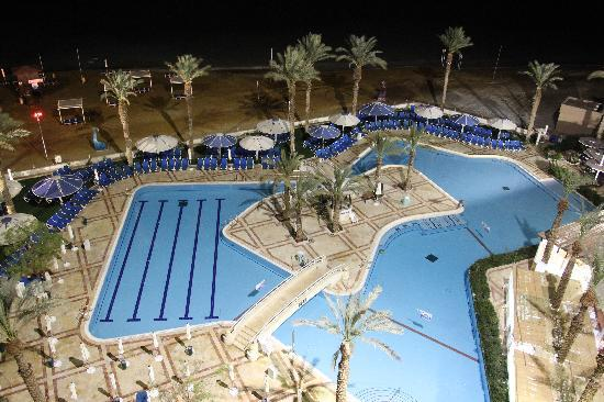 Crowne Plaza Dead Sea: View from the balcony to the pool at night