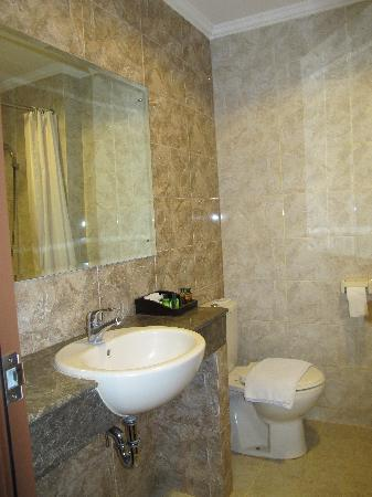 Galeri Ciumbuleuit Hotel & Apartment : bathroom