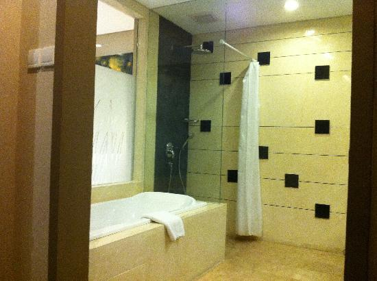 Amadea Resort & Villas: Bathtub & Rain Shower