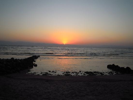 Amanda Beach Garden Hotel: marvellous sunset from the hotel