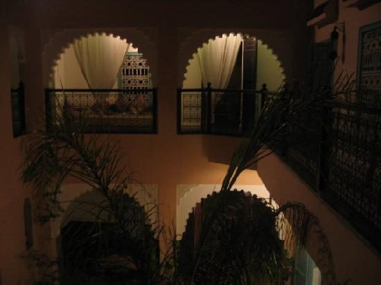 Riad Nakhil: the patio by night