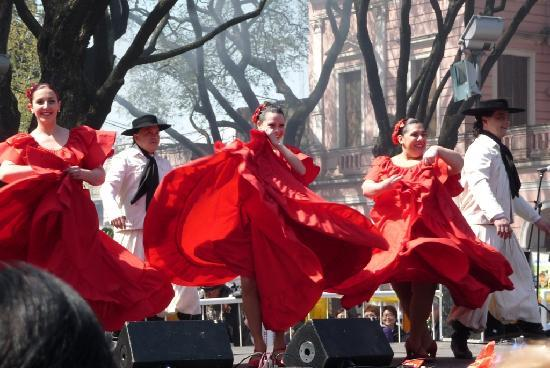 Feria de Mataderos: Colorful skirts swirling as they dance