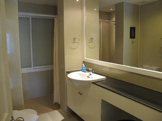 The Beach Boutique House : toilet with very huge mirror!
