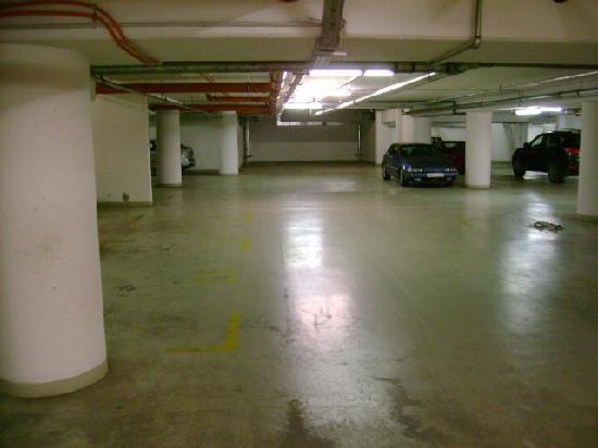 Paradise Apartments: Garage Parking