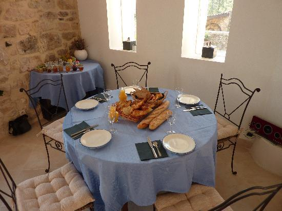 Le Mas des Monedes: Le petit déjeuner avec les confitures maisons!