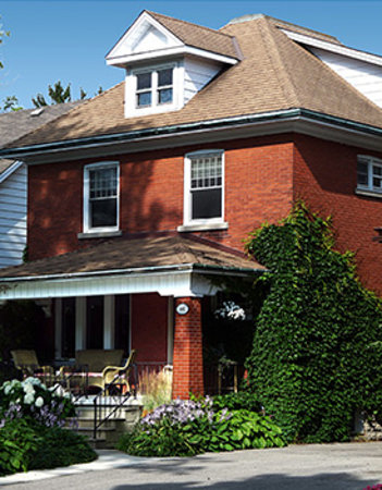 Breaking Bread Bed and Breakfast: Front of Breaking Bread B&B in Stratford Ontario