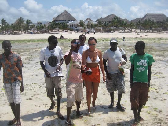 Jacaranda Beach Resort: Jacaranda sullo sfondo e i B B