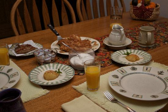 Inn at Lonesome Hollow: Breakfast served at the Inn